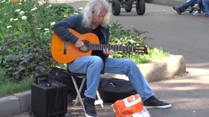 Уличный музыкант гитарист! Как же он здорово играет!!!