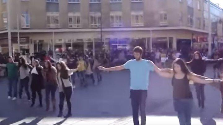 Греческий танец сиртаки на улице! Вот здорово!!!