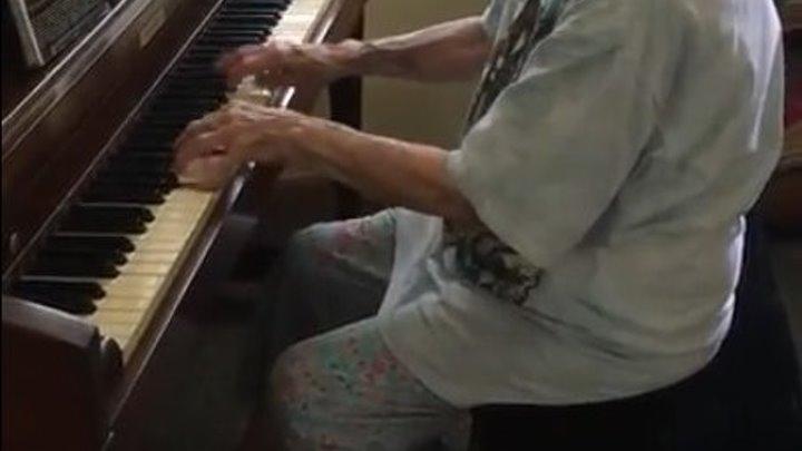 104-летняя учительница музыки исполняет Бетховена