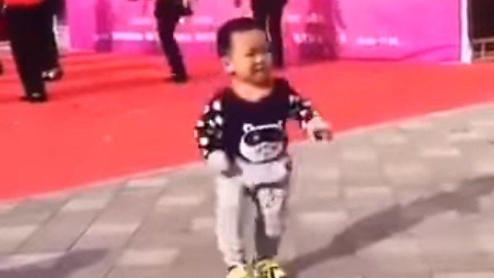 Малыш танцует! Вот это да!!! Молодчина!