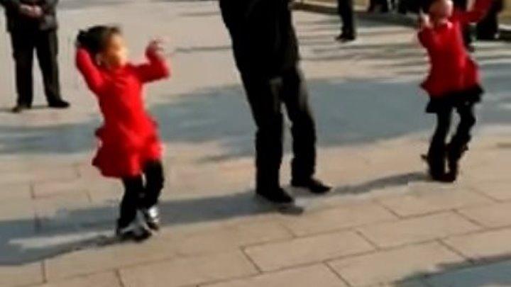 Дедушка танцует с внучками! Вот это да!!! Супер!!!