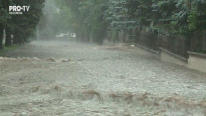 Imagini apocaliptice. A fost potop astazi in capitala: strazile s-au umplut cu apa, mai multe gospodarii au fost inundate, iar roada a fost distrusa. Pagubele aduse de puhoaie