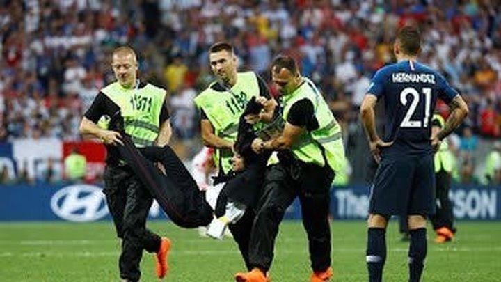 Во время финального матча ЧМ FIFA 2018, между Францией и Хорватией четыре человека в одежде правоохранительных органов выбежали на поле.
