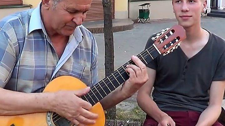 Потрясающие таланты на наших улицах. Заслушаешься!
