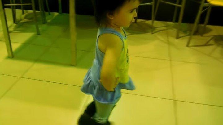 Девочки с детства умеют ходить на каблуках! Вот это да!...