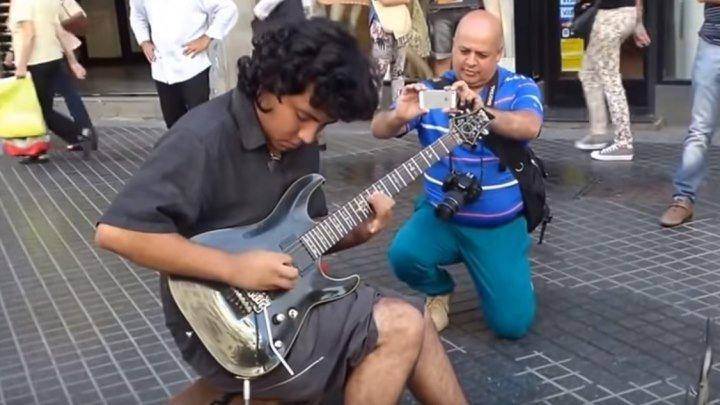 Уличный музыкант играет Scorpions Still Loving You! Вот это мастерство!!!
