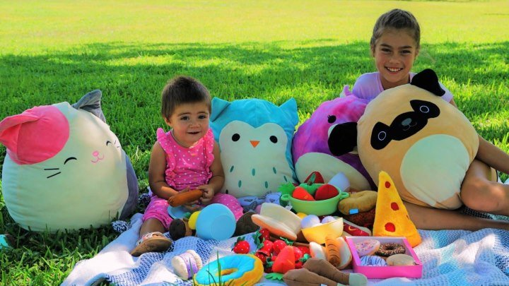 мы весело играем в парке с волшебными игрушками, нам очень весело .