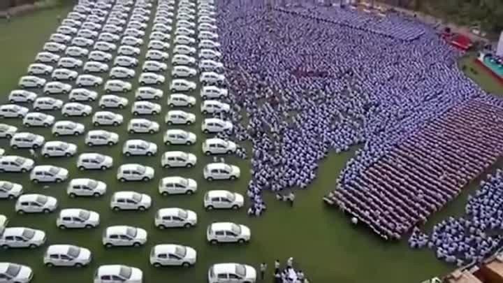 Бизнесмен из Индии подарил своим сотрудникам 1260 автомобилей и 400 квартир