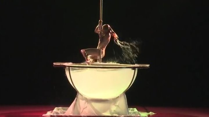 Красивый танец на пилоне и в воде! Это искусство!