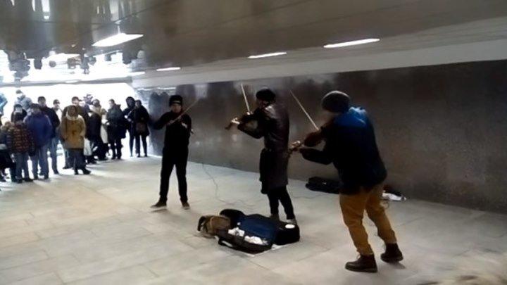 Парни играют на скрипках в переходе у Арбата! Здорово! Послушайте!!!