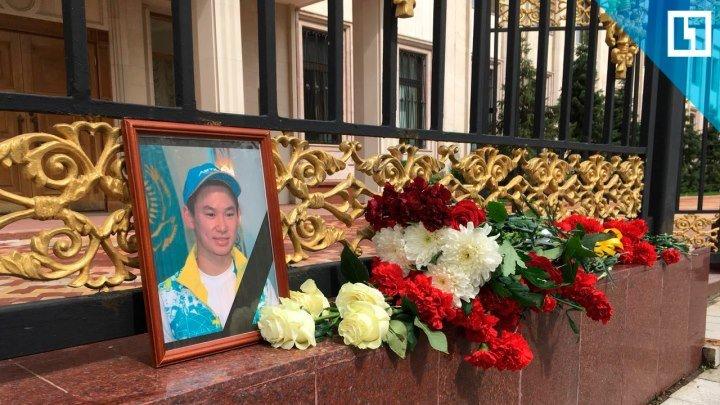 В память о Денисе Тене москвичи несут цветы