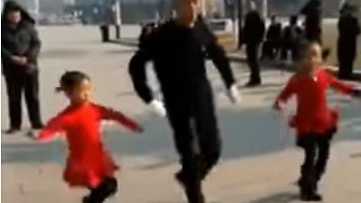 Дедушка танцует с внучками! Какой молодец!!!