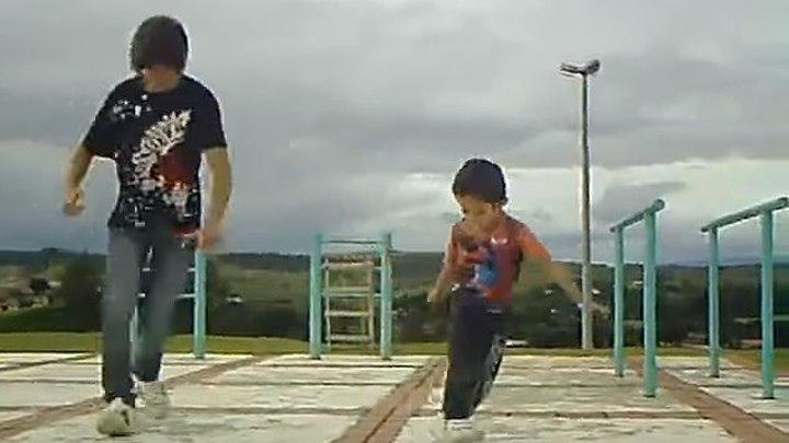 Маленький мальчик танцует. Вот это класс!!!!