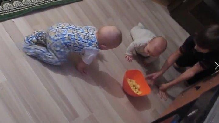 Милые двойняшки тренируются ползать