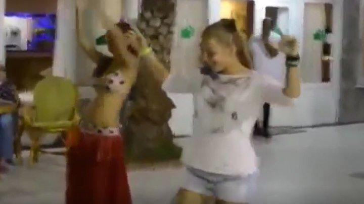 Русская красавица, показала как надо танцевать восточный танец!