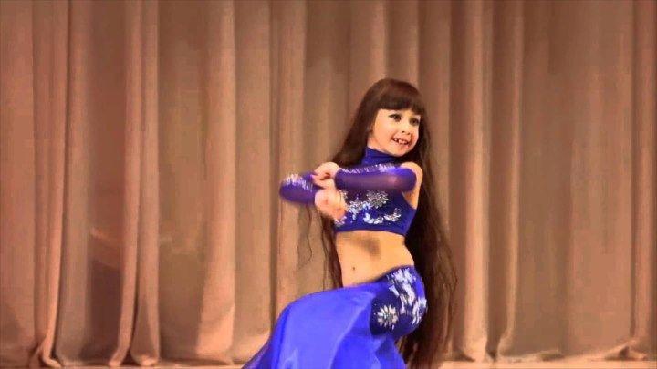 Какая же умничка! Девочка танцует танцы живота очень красиво!
