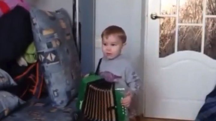 Кажется... этот малыш - будущий народный АРТИСТ...))