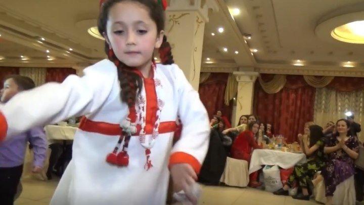 Памирская свадьба! Маленькая девочка здорово танцует!