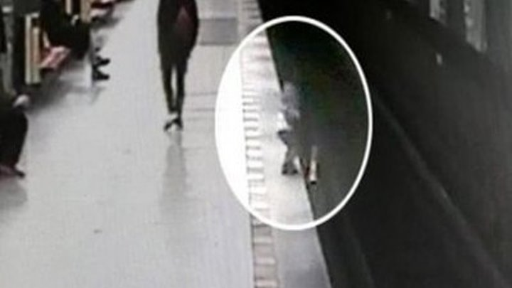 Студент прыгнул на пути в метро, чтобы спасти ребёнка