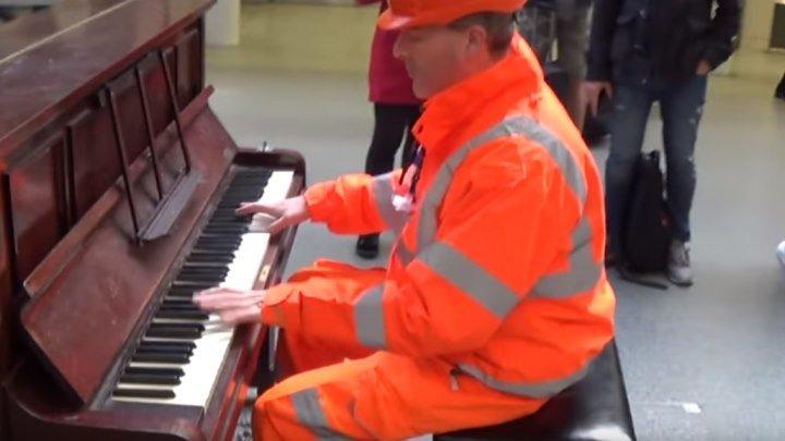 Простой рабочий сел и так сыграл на пианино!!! Вы только послушайте!!!