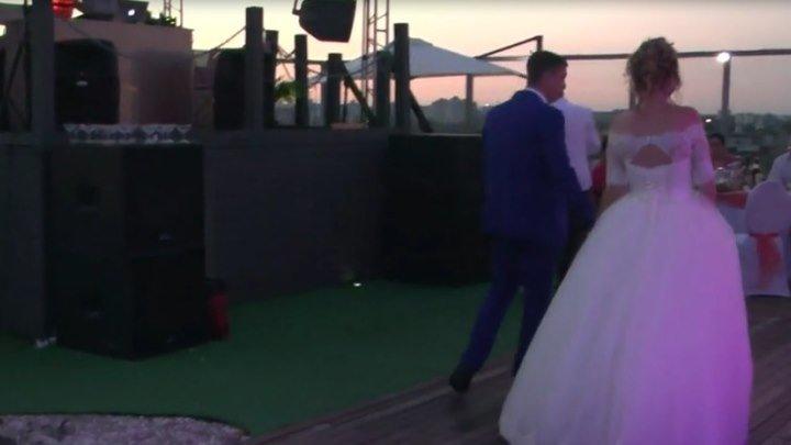 гостья на свадьбе спела так что офигел тамада.
