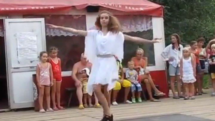 Девушка круто танцует Сиртаки!!! Вы только посмотрите!