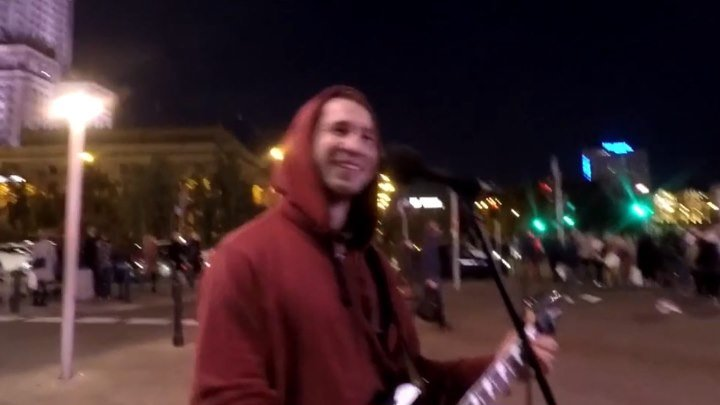 Русские песни на улицах Польши звучат по особому приятно. Послушайте. Поддержим парня эмоциями!