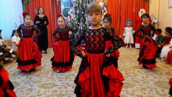 Ну какие же девочки умнички! Станцевали фламенко в детском саду! СУПЕР!