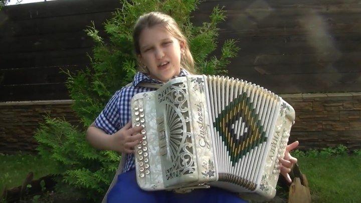 Талантливая девочка играет на гармони! Развернись, душа!