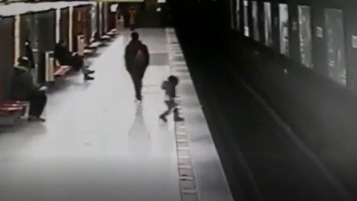 🔴 Студент прыгнул на пути в метро, чтобы спасти ребёнка