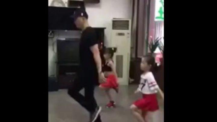 🔴 Прекрасное трио, папа танцует с дочками