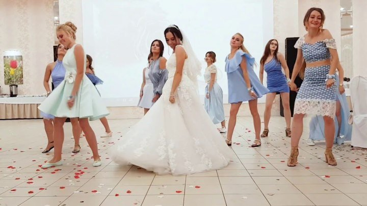 Молодцы девчонки! Устроили такой флешмоб на свадьбе!