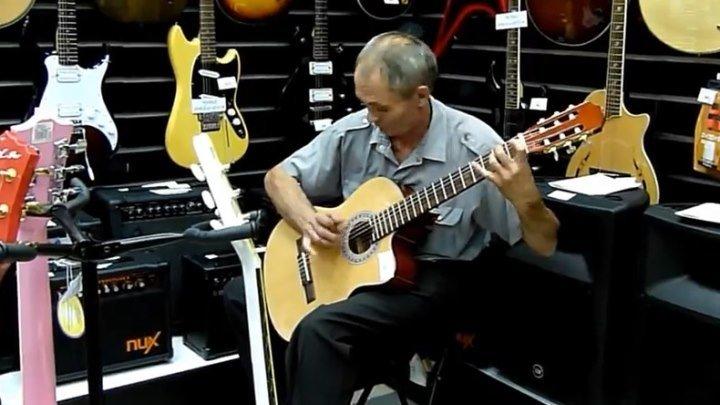 Настройщик-самоучка в магазине музыкальных инструментов. Это талант!