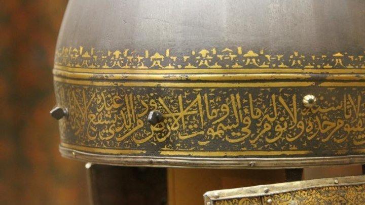 Шлемы русских царей украшены цитатами из Корана