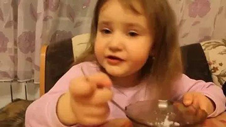 Маленькая девочка рассказывает про детский сад
