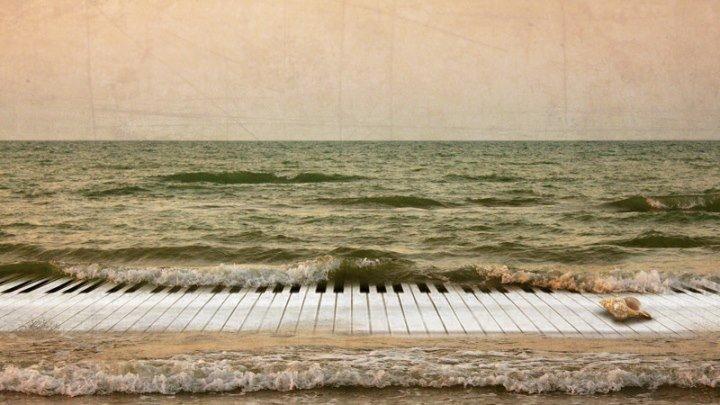 Волшебная игра на пианино под звуки волн океана..