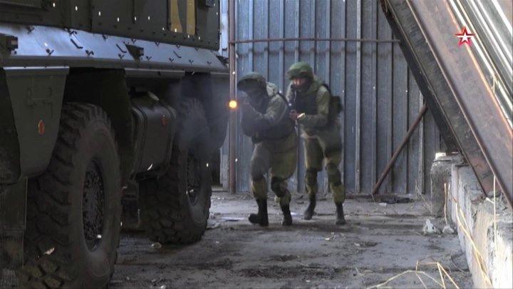 Спецназ штурмует базу «боевиков»