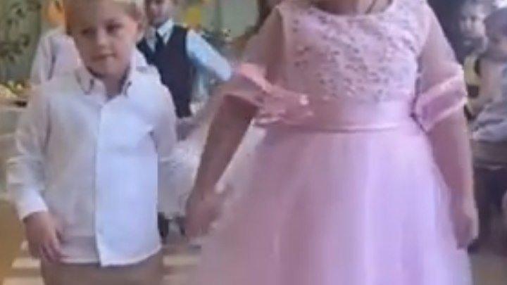 Сначала она ведет в танце, а потом и по жизни!