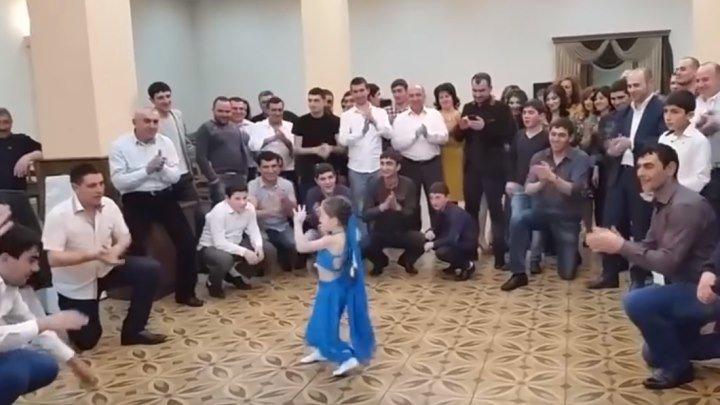 Маленькая девочка очень красиво танцует!!! Вы только посмотрите!