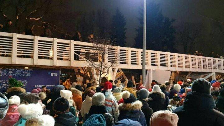 В московском Парке Горького обрушился мост. Есть пострадавшие