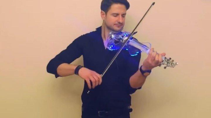 Парень очень круто играет на скрипке! Послушайте как красиво!!!