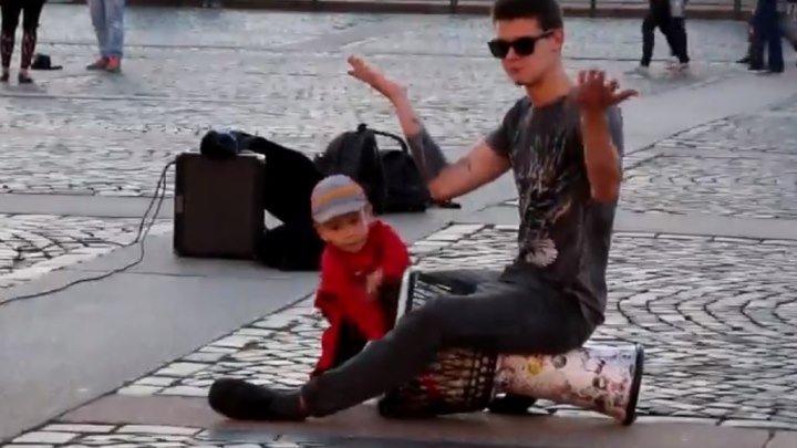 Малыш зажег с уличными музыкантами!!! Вот это талант!
