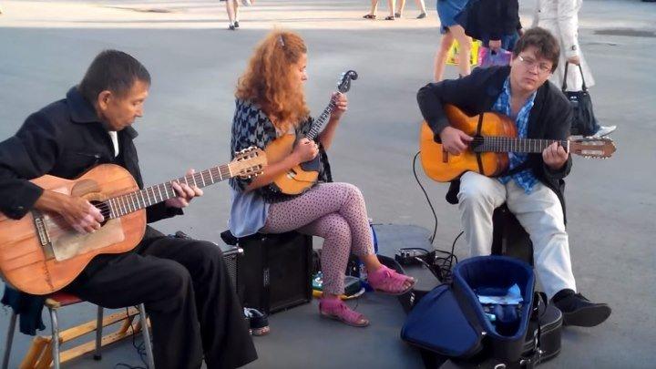 Потрясающе красиво играют на улице... Сколько же у нас таких талантов!!!