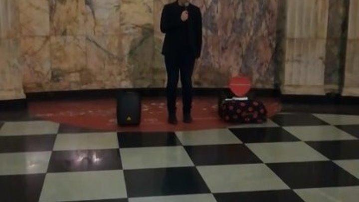 Вот это голос!!! Парень просто поет в метро! Невероятно!!!