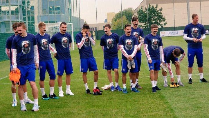 Усы и скафандр: игроки сборной поздравили Черчесова с 55-летием
