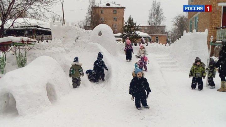 В сибирском городе Назарово папа в одиночку соорудил снежный замок для детей.