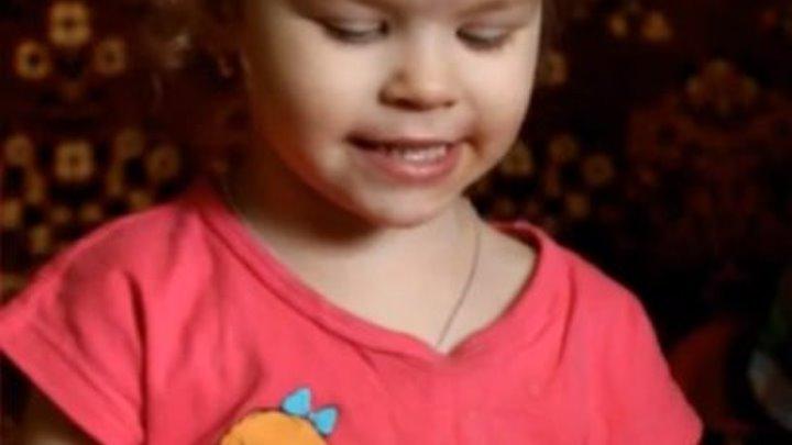 Маленькая девочка прикольно поет песню!