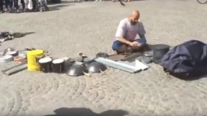 Уличный барабанщик играет на на кастрюлях и тарелках!..Это невероятно!!!