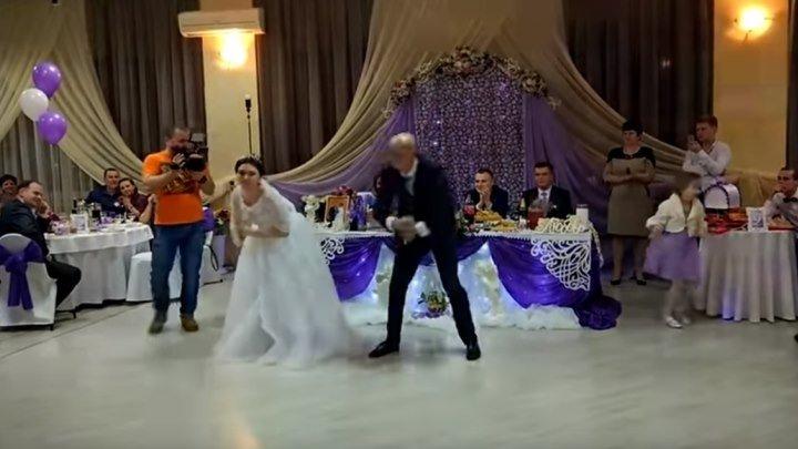 Папа и дочь зажигают на свадьбе! Супер!!!