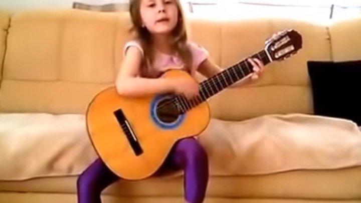 Детство, детство ты куда бежишь..))) Малышка классно играет и поет!!!